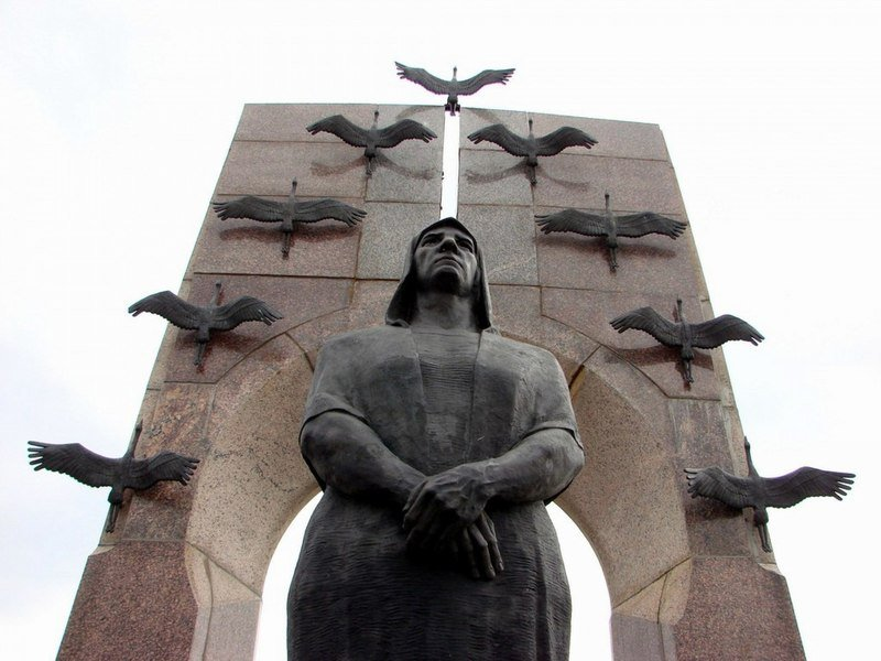 Памятник с сердцем Котельнич Лампадка из лезниковского гранита Вихоревка