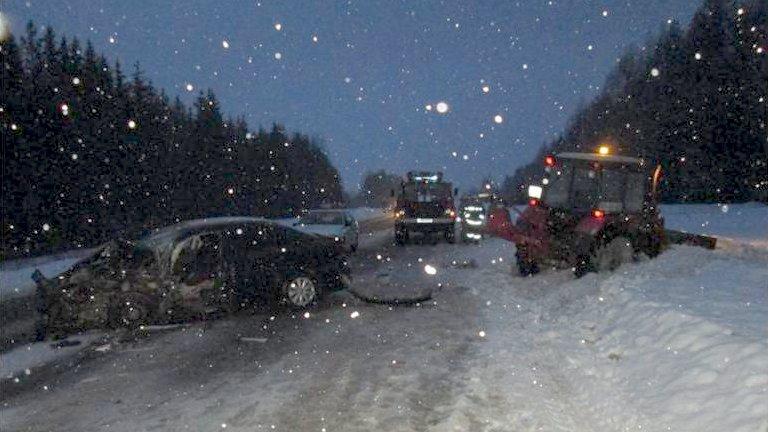 Трактор, фургон и«Фольксваген» столкнулись вКирово-Чепецком районе