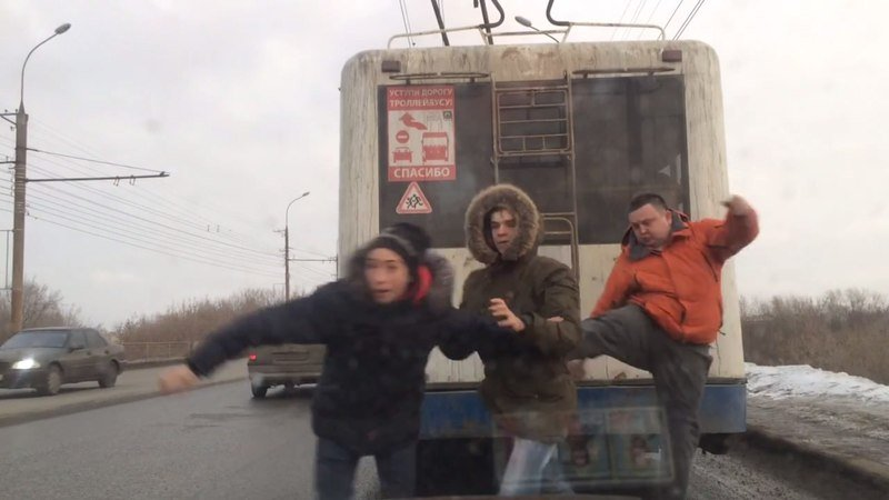 ВКирове шофёр пинками прогнал катавшихся натроллейбусе зацеперов