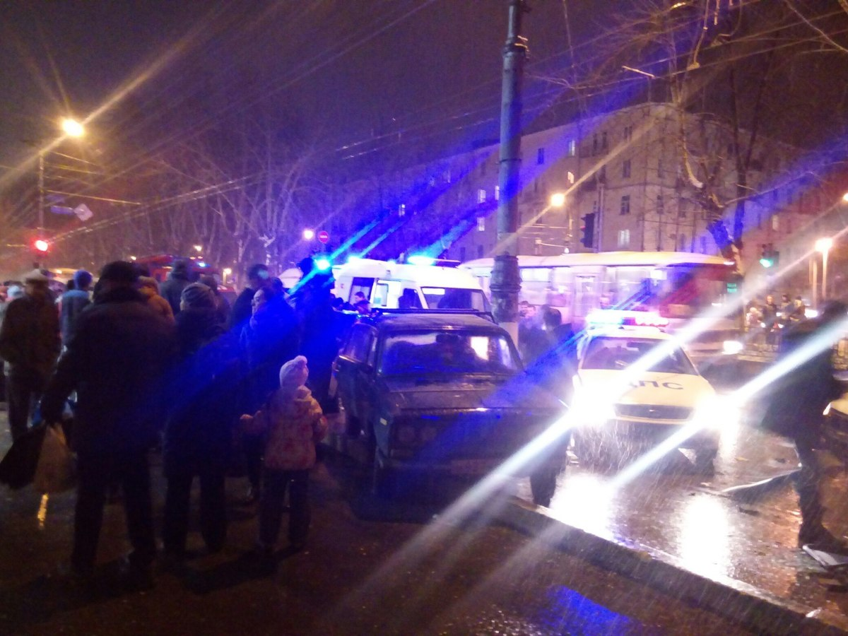 Два легковых машин столкнулись вКирове, погибла пассажирка иранены двое пешеходов