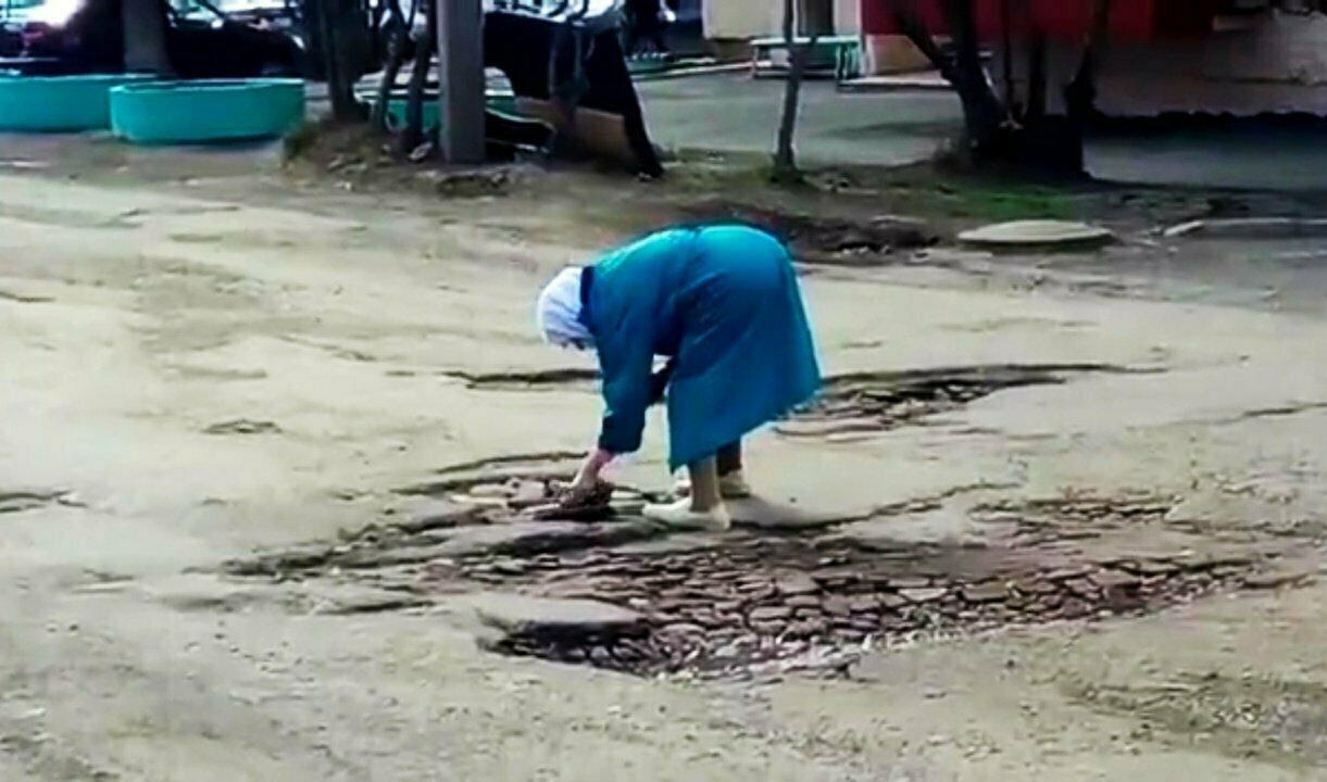 Стало стыдно? Улицу Шорина в Вятских Полянах, которую кирпичами ремонтировала бабушка, закатают в асфальт
