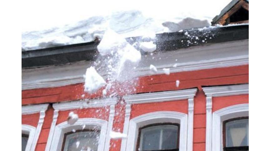 Наребенка вКирове съехал снег скрыши