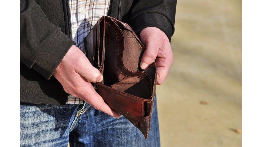Мошенник снял сбанковской карты псковского студента 100 тыс. руб.
