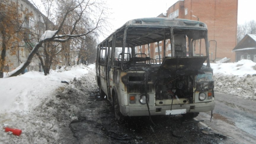 ВОмутнинске находу зажегся автобус