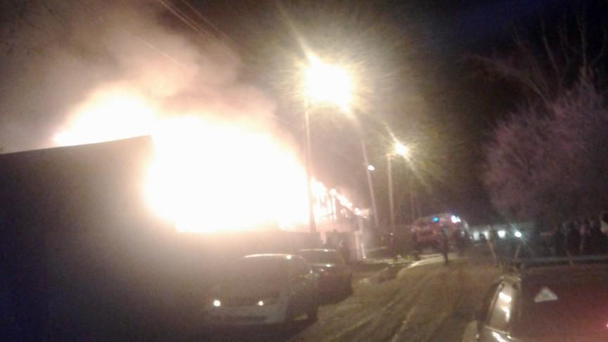 ВКирове сгорел гараж смашиной внутри