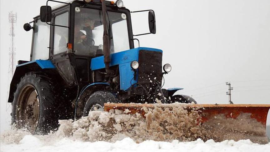 Нетрезвый тракторист вКирове протаранил иномарку, расчищая двор отснега