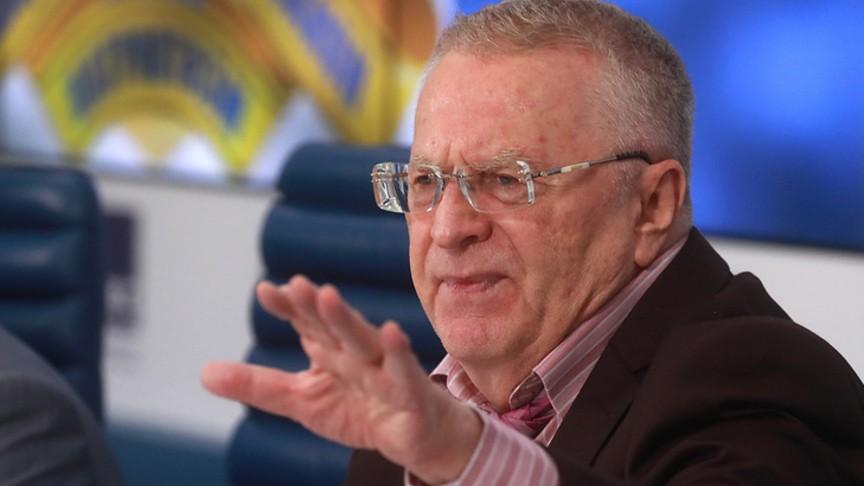 Облитый пивом Жириновский подрался сболельщиком наНикольской